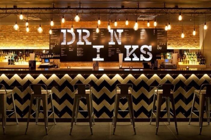 为什么酒吧愿意免费提供零食,矿泉水却要收费?